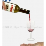 Бутылка вина и левитация бокала